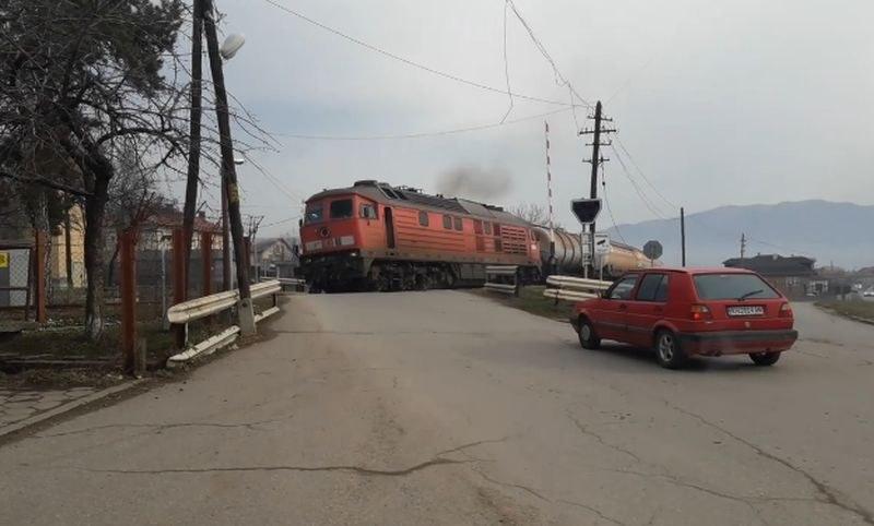 На косъм от трагедия! Влак премина при вдигнати бариери и липса на светлинен сигнал ВИДЕО