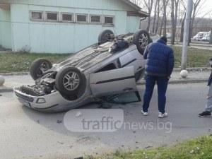 Зрелищно: Младеж се преобърна по таван на бариерата на Хирургиите в Пловдив СНИМКИ