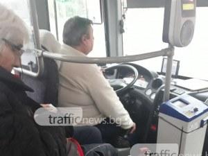 Пловдивска кондукторка таксува пътниците, крещейки и... без да става от седалката СНИМКИ