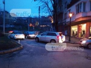 Луксозни коли запушиха цяла улица - чакат някой да напазарува СНИМКИ