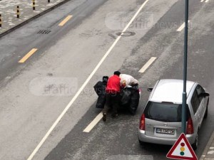 Това нормално ли е? Ром завзе централна улица в Пловдив, за да си бута катуна СНИМКИ