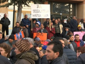 Ученици и учители ходили под строй на митинг в защита на кмета на Септември