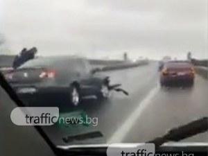 Двигател изхвърча от кола на магистралата! Като по чудо няма жертви ВИДЕО