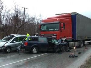 След катастрофата с тир и три коли - 2 часа вадят заклещен шофьор