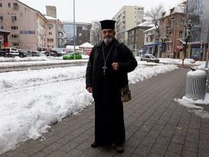 Свещеник от Пловдив работи като охранител, за да купи протези на сина си