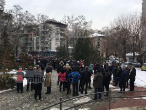 Пловдивчани крещят: Свобода за доктора! Над 200 протестиращи скочиха срещу обвинението за убийството на Плъха ВИДЕО
