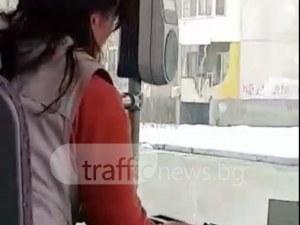 Пушек се вдига от автобус №10 в Пловдив! Кондукторката пали цигара след цигара ВИДЕО