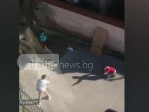"""""""Стражари и апаши"""" в Пловдив: Роми играят, като хвърлят ножове ВИДЕО"""