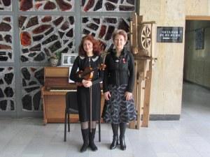 Две дами с музикален флашмоб в памет на проф. Христосков