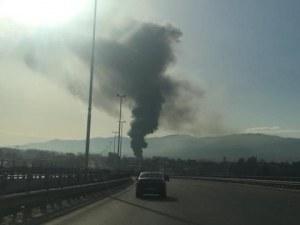 Голям пожар избухна в цех в столицата, четири пожарни гасят пламъците СНИМКИ