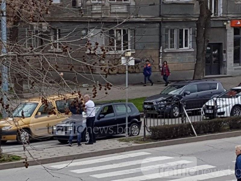 """Джип връхлетя кола пред пешеходна пътека на """"6 септември""""! Момиче е ранено СНИМКИ"""