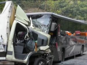 13 души загинаха при тежка катастрофа между пътнически автобус и камион