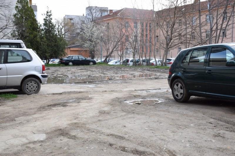 Изграждат два нови паркинга в центъра на Пловдив! Ще побират над 60 коли СНИМКИ