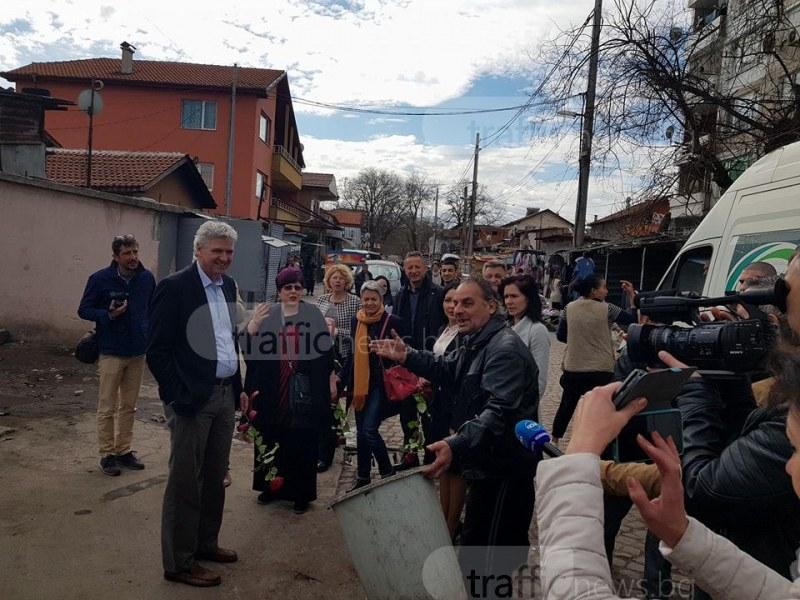 Смрад и гавра в Столипиново: Посланици отидоха в гетото, ром им изсипа боклук в краката СНИМКИ
