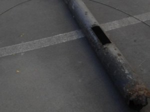 Метален стълб се стовари върху две деца в парк