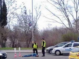 Неподвижно тяло на мъж на пътя в Бургас! Полицаи и жандармерия са на мястото СНИМКИ