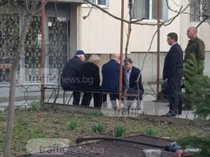 Родителите на жертвата Ради избухнаха в сълзи пред блока в Кючука СНИМКИ и ВИДЕО