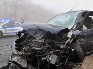 Тежка катастрофа! Жена загина след удар в дърво