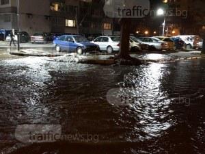 Улица в центъра на Пловдив се превърна в река, вода извира измежду плочките СНИМКИ и ВИДЕО