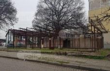 Повече от 4 години изгоряла постройка в Кършияка застрашава живота на пловдивчани СНИМКИ