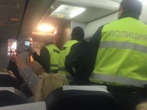Самолет кацна аварийно на летище София, полиция нахлу на борда СНИМКИ