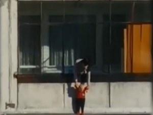 Върнаха бебето, провесено през прозорец, на семейството му