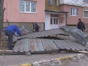 Десетки щети след ураганния вятър в цялата страна