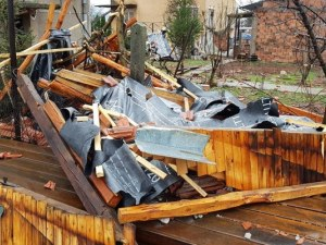 Ураганен вятър събаря покриви в Западна България ,пороен дъжд се изсипва в столицата СНИМКИ