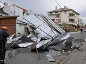 Ураганният вятър остави хиляди души без ток
