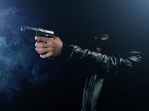Екшън: Мъж с маска и пистолет опита да обере Лафка в Пловдив