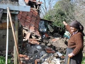 Част от кирпичена къща рухна, едва не уби 83-годишна жена СНИМКИ