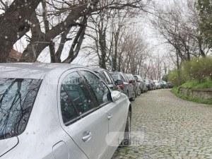 Безхаберие и безнаказаност: Сахат тепе се превърна в магистрала и паркинг СНИМКИ