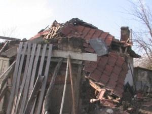Самотна възрастна жена остана без дом заради силния вятър