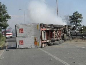 Тир катастрофира на магистралата до Пловдив! Две ленти са блокирани