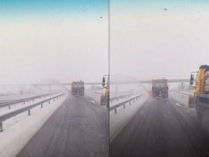 Абсурдистан: Снегорин в лява лента на магистралата затрупва коли в насрещното ВИДЕО