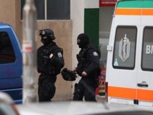 Психично болен се барикадира в жилището си, полицаи го озаптиха