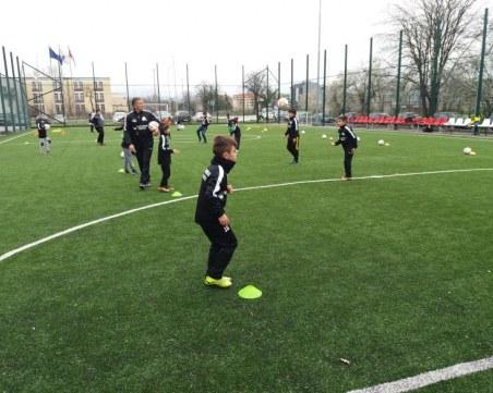 16 таланти започнаха тренировки в новата футболна школа на ПУ СНИМКИ