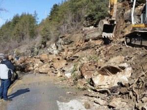 Свлачищата и проблемите по пътищата в Родопите продължават