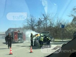Кола се запали в движение в Смирненски, пожарна гаси пламъците СНИМКИ