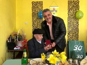 На 105 години дядо Георги от Бенковски закусва сланина и чай, пази се от грип с лимони и мед