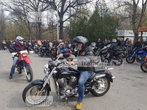 Стотици рокери тръгнаха към Бачково! Полицаи на мотори ги ескортират ВИДЕО