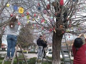 """Пъстроцветни яйца """"кацнаха"""" по клоните на дърветата в Белозем, децата викат Великден СНИМКИ"""