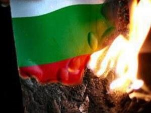 Десетокласникът Хасан изгори българското знаме