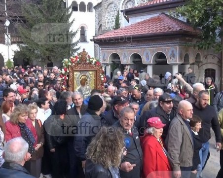 Шествие с чудотворна икона събра стотици в Бачковския манастир СНИМКИ и ВИДЕО