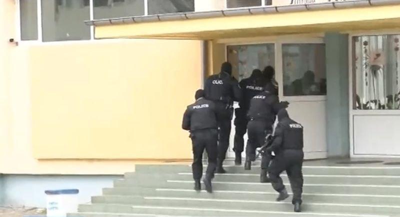 Антитерористи нахлуха в бургаско училище, евакуираха всички деца