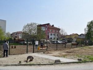 Квартал Коматево се сдоби с кучешка площадка