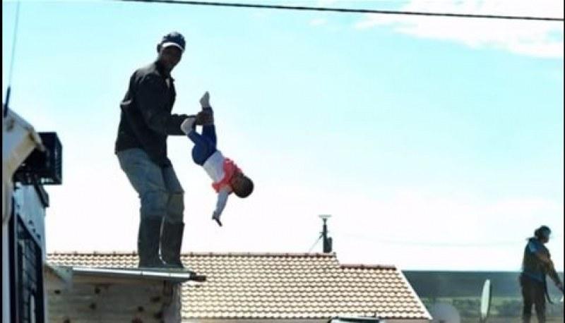 Баща хвърли едногодишната си дъщеря от покрив в знак на протест