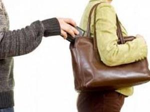 Ловък джебчия сряза чантата на жена на пазара, отмъкна й портмонето