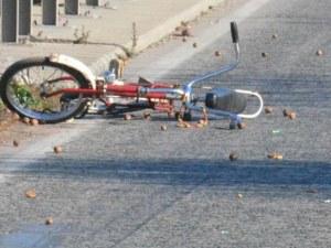 Мъж помете с колата си велосипедист и избяга