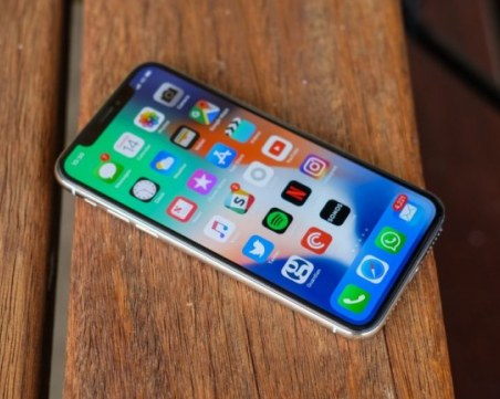 Apple ще пусне двойно по-евтин от iPhone X модел